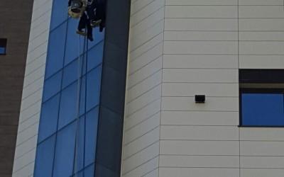 Hotel Scapino – servicii de curatat, degresat si spalat geamuri cu alpinisti utilitari in Constanta