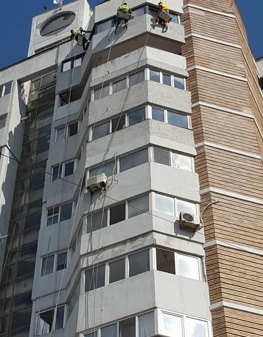 Reparații fațade, vopsitorii și izolatii exterioare la blocuri de apartamente cu alpiniști utilitari în Constanța