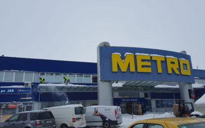 Metro – lucrări de deszăpezire acoperiș și copertine cu alpiniști utilitari în Constanța