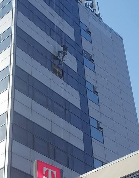 Consolidare plăci de alucobond și spălare geamuri la clădirea Telekom din Constanța
