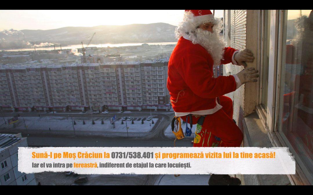 Moș Crăciun intră în seara de Ajun la cei mici pe fereastră